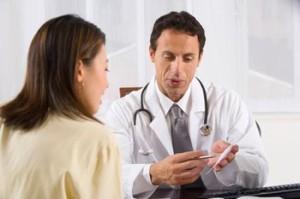 доктор принимает пациента