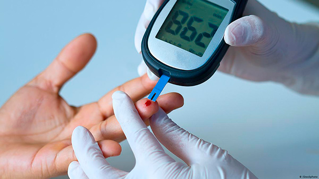 Забор крови глюкометром