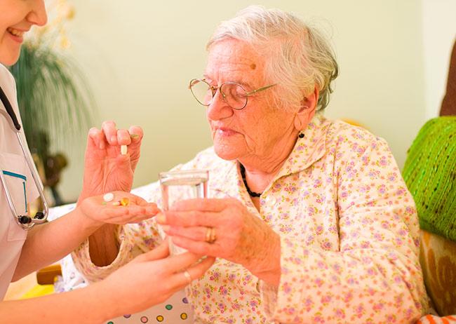 Бабушка принимает препараты для контроля сахара
